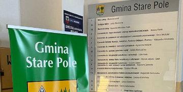 Tablica informacyjna oraz baner na korytarzu Urzędu Gminy