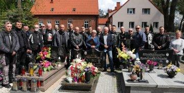 Motocykliści weterani, żołnierze i funkcjonariusze na cmentarzu w Starym Polu