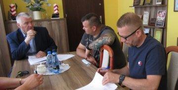 3 osoby podpisują umowę