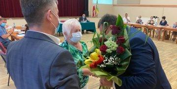 Radni wręczają kwiaty Wójtowi Gminy Stare Pole