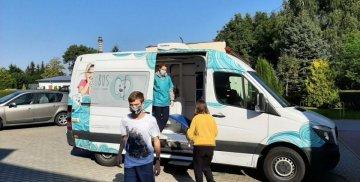 Uczniowie przy dentobusie w szkole w Starym Polu